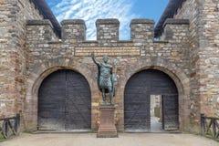 Staty av Antoninus Pius framme av maingaten av det romerska fortet Saalburg nära Frankfurt royaltyfria bilder