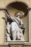 Staty av aposteln, kyrka av St Peter i Wien arkivbilder