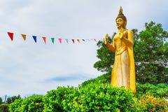 Staty av att stå guld- Buddha Royaltyfri Foto