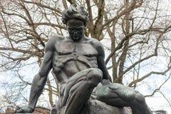 Staty av August Strindberg på Tegnerlunden i ljust snöfall Arkivfoton