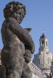 Staty av barnet framme av Dresden Fraunenkirche Arkivfoton