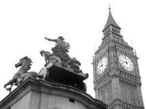 Staty av Boudicca nära den Westminster bron, London, UK Arkivfoto