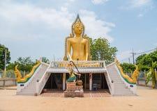 Staty av Buddha, av den stora Buddha över blå himmel Royaltyfria Bilder