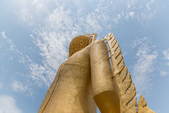 Staty av Buddha, av den stora Buddha över blå himmel Royaltyfria Foton