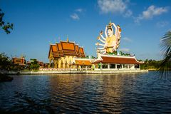 Staty av Buddha för arton armar Del av templet Royaltyfri Foto
