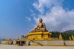 Staty av Buddha med blå himmel fotografering för bildbyråer
