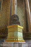 Staty av Buddha på en sockel, tempel av Emerald Buddha, Bangkok, Thailand, Asien arkivbilder