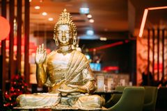 Staty av Buddhasammanträde i den Lotus Position With Raised Right armen royaltyfria bilder