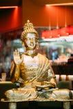 Staty av Buddhasammanträde i den Lotus Position With Raised Right armen royaltyfri fotografi