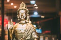 Staty av Buddhasammanträde i tvist för visning för Lotus Position With Raised Right armgest, royaltyfria bilder
