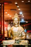 Staty av Buddhasammanträde i tvist för visning för Lotus Position With Raised Right armgest, arkivbild