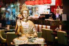 Staty av Buddhasammanträde i tvist för visning för Lotus Position With Raised Right armgest som förklarar undervisningBuddha fotografering för bildbyråer