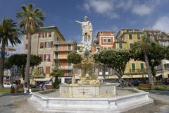 Staty av Christopher Columbus i stadmitt och springbrunn i Santa Margarita, den italienska Rivieraen, Italien, Europa Arkivbild