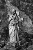 Staty av damen i en kyrkogård Arkivbilder