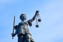 Staty av damen Justice framme av Romeren i Frankfurt Arkivfoto
