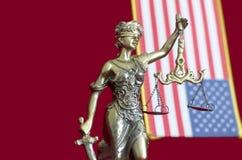 Staty av damen Justice med Förenta staternaflaggan Royaltyfri Bild