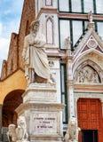 Staty av Dante framme av basilikan Santa Croce, Florence Royaltyfria Bilder