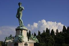 Staty av David av Michelangelo med den blåa skyen, Flo Royaltyfria Foton
