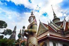 Staty av demonen (jätte, jätte) på Wat Arun, för gränsmärke och för nr. 1 turist- dragningar i Thailand. Arkivfoton