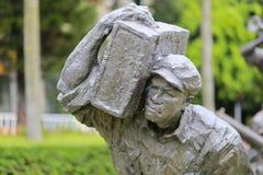 Staty av den bärande ammunitionasken för soldat Arkivbild