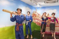 Staty av den bärande bamburaket för folk under festival för Boon Bang Fai bamburaket i Yasothon, Thailand Fotografering för Bildbyråer