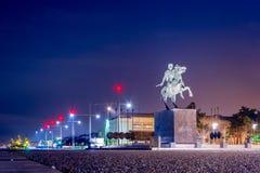 Staty av den berömda konungen Alexander det stort på natten, i hamnen av Thessaloniki Grekland royaltyfri foto