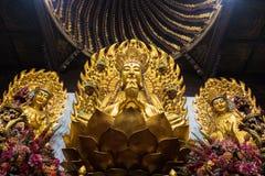 Staty av den buddistiska guden i den forntida longhuatemplet veven för byggnadsporslinkonstruktion avslutade moderna nya kontorss Royaltyfri Foto