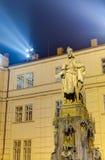 Staty av den Charles droppen på natten, Prague, Tjeckien Arkivfoton