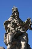 Staty av den droppKarolo för konung Charles kvartbandet nära Charles Bridge i Prague Arkivbilder