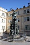 Staty av den droppKarolo för konung Charles kvartbandet nära Charles Bridge i Prague Arkivfoton