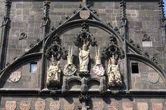 Staty av den droppKarolo för konung Charles kvartbandet nära Charles Bridge i Prague Royaltyfri Bild