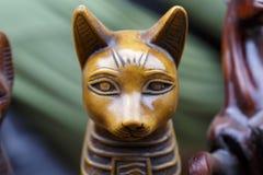 Staty av den egyptiska gudkatten Arkivbild