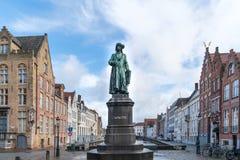 Staty av den flamländska målaren Jan van Eyck i Bruges royaltyfri foto