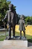 Staty av den gamla turkiska mannen och flickan på den Gallipoli turkkyrkogården Royaltyfria Bilder