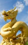 Staty av den guld- draken med blå himmel Royaltyfria Foton