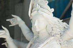 Staty av den hinduiska gudinnan Durga under förberedelsen för Durga Puja festivaler royaltyfri bild