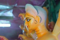 Staty av den hinduiska gudinnan Durga under förberedelsen för Durga Puja festivaler royaltyfria foton