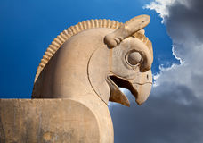 Staty av den Huma eller Homa fågeln som det dekorativa kolonnhuvudet i Persepolis mot blå himmel med vita moln Royaltyfria Foton