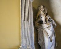 Staty av den jungfruliga Maryen som bär behandla som ett barn Jesus Royaltyfri Foto