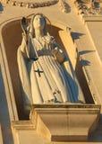 Staty av den jungfruliga Maryen som rymmer en radband på fristaden av F Arkivfoto