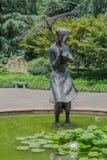 Staty av den kinesiska kvinnan i ett damm Royaltyfri Bild