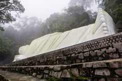 Staty av den liggande Buddha Royaltyfri Fotografi