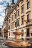 Staty av den nakna fäktaren framme av universitetet av Wroclaw Fotografering för Bildbyråer