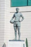 Staty av den Peter Osgood Chelsea FC legenden utanför Stamford brojordning Royaltyfri Bild