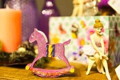 Staty av den placerade ballerina och hästen som omges av askar och andra leksaker på trätabellen Arkivfoto