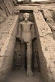 Staty av den Rameses II yttersidan den Hathor templet av drottningen Nefertari.  UNESCOvärldsarv som är bekant som de Nubian monum Arkivfoton