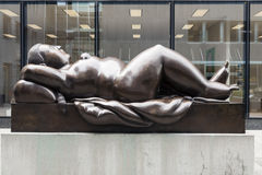 Staty av den Reclining kvinnan av Fernando Botero Arkivbilder