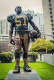 Staty av den Sam Mills baklinjespelaren för norr Carolina Panthers 1995 till 1997 royaltyfri fotografi