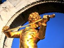 Staty av den Strauss kompositören i Wien Arkivbild