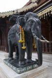 Staty av den svarta elefanten på Wat Phra That Doi Suthep arkivbilder